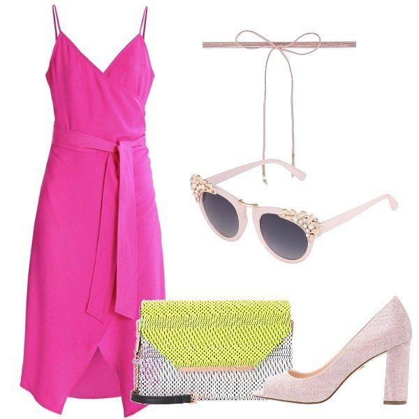 Abito rosa con scollo incrociato e cintura in vita, open toe rosa con tacco squadrato e borsa a tracolla in cotone intrecciato. Collarino rosa e occhiali da sole a farfalla, color nude, con applicazioni in pietre.