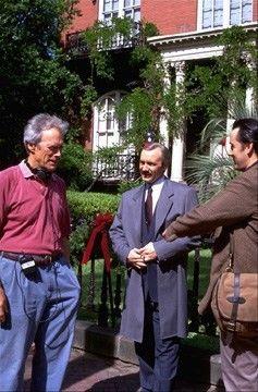 Eastwood, John Cusack et Kevin Spacey à Savannah, en Géorgie, sur le plateau de Minuit dans le jardin du bien et du mal (1997) Eastwood en tant que directeur. (Maison Mercer en arrière-plan)
