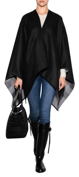 Alternative élégante au trench, cette cape en laine luxueuse à la doublure à carreaux typique est signée Burberry London #Stylebop
