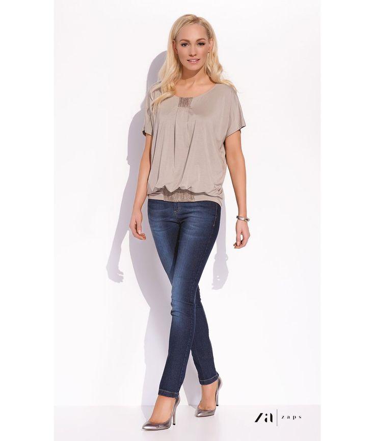 БЛУЗКА SUZY Изящная женская трикотажная блузка фирмы Zaps (Запс) с коротким рукавом. Модная плиссированная вставка на груди и нижней резинке делает модель современной и стильной. Струящаяся ткань превосходно сядет на любую фигуру, создавая неповторимый актуальный образ.