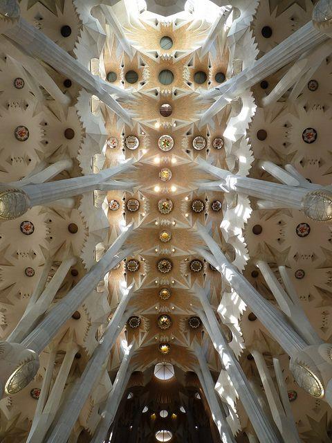 La Sagrada Familia es el edificio más famoso que era diseñado por Gaudí. Ésta es una foto del techo de una iglesia católica que está en Barcelona. La construcción del edificio comenzó en 1882, y el acabado se proyecta para 2026.