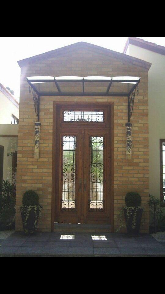 Fachadas de casas com porta de madeira e vidros.