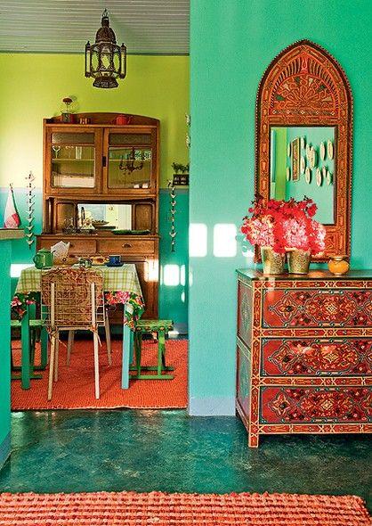 """O piso de cimento queimado ganhou pintura verde no projeto da designer de interiores Neza Cesar. Ela escolheu este material que combina com a casa de campo. """"Tudo é simples, mas com conforto e afeto"""", conta. A cor também está presente nas paredes"""
