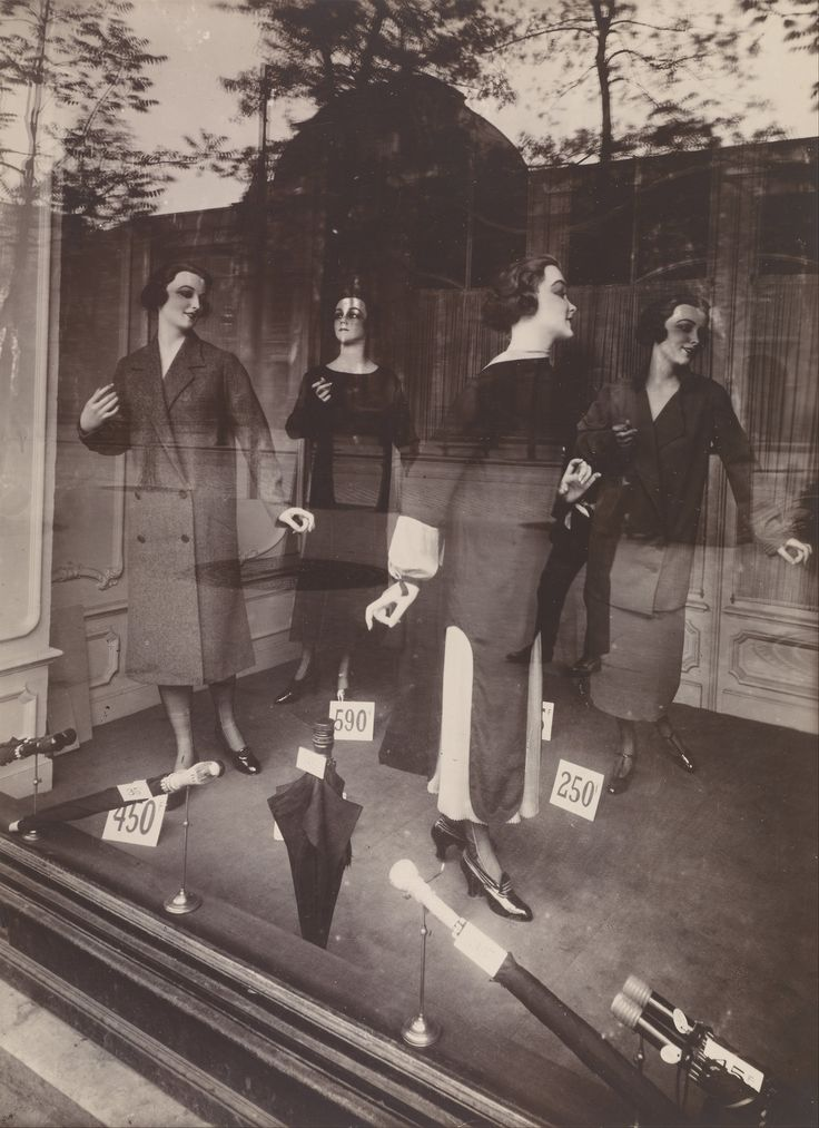 Eugène Atget, Storefront, Avenue des Gobelins, 1925.