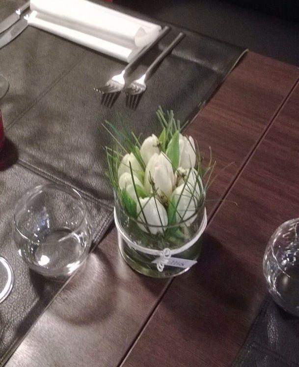 Feestelijk tafelstukje met tulpen.