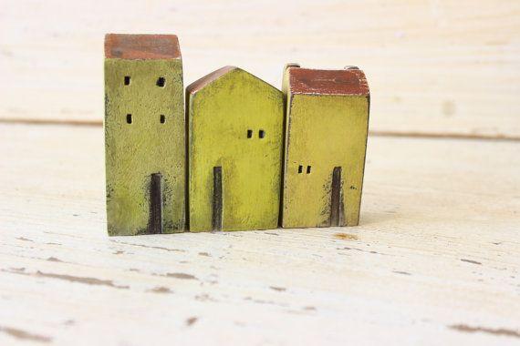 set van 3 keramische gele huizen, gemaakt in hoge ontslagen steengoed klei…