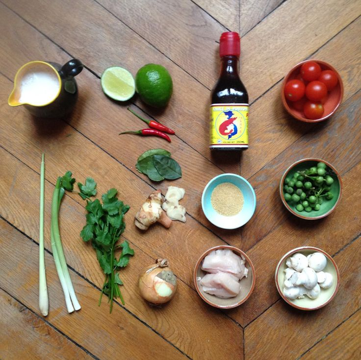 Ingrédients pour la soupe TOM KHA KAI, soupe thaïe de poulet au lait de coco. Recette sur le blog.