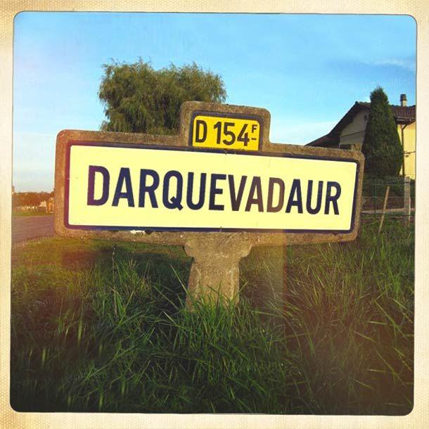 Une excellente série de détournements qui transforme les noms des villages de France en références geek ! Des panneaux qui vous emmèneront visiter des vill