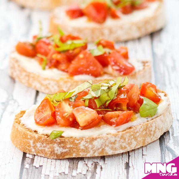 Soğan, fesleğen, kekik ve zeytinyağı ile harmanlanan doğranmış domatesin sarımsaklı ekmek üzerine koyularak elde edilen müthiş lezzetlerden biridir. İtalyan sofralarının olmazsa olmazı Bruschetta. #mngturizm #tatiliste #yurtdışıturları #italya #bruschetta #food #travel