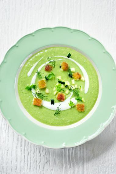 Courgettesoep met verse kruiden en knapperige broodcroutons http://njam.tv/recepten/courgettesoep-met-verse-kruiden-en-knapperige-broodcroutons