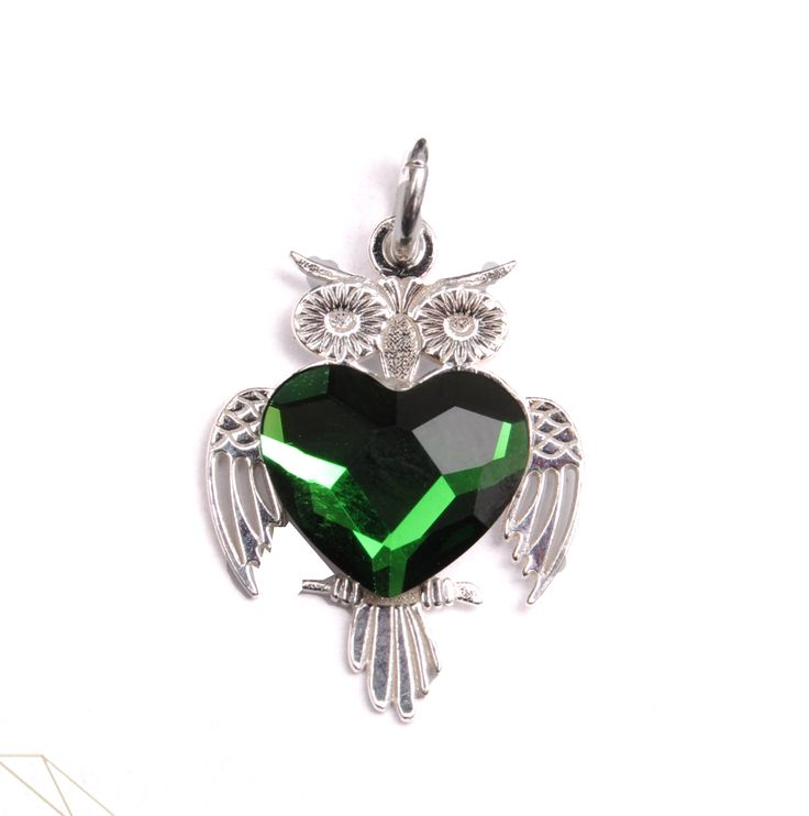 Pandantiv bufniță din argint 925 cu piatră Swarovski Flatback Heart culoare Emerald. #bijuterii #swarovski #swarovskicrystals #argint #simoshop #pandantiv #lasecuts
