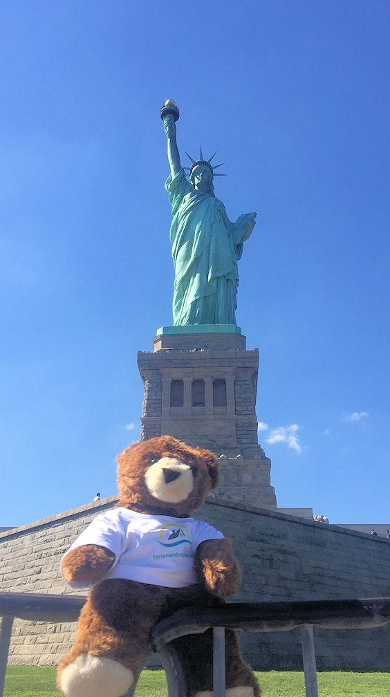 Der Urlaubär vor der Freiheitsstatue in New York (USA) ... Statue of Liberty