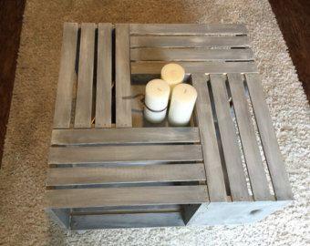 Diese handgefertigten Wein Kiste-Tabelle verfügt über 6 Holzkisten Wein perfekt positioniert, um jedem Stauraum für eine einzigartige Note zu präsentieren.  Das Holz ist mit Kreide malen gemalt und einen leichte Destroyed Look gegeben. Fertig ist es mit einem weichen klaren Wachs zum Schutz der Farbe und wasserdichte Ihr Stück.  Sie können jeden Raum mit Rahmen, Bücher, Dekor, Körbe oder Vintage Accessoires ergänzen die shabby chic Stimmung der Tabelle füllen. Es gibt auch eine rechteckige…