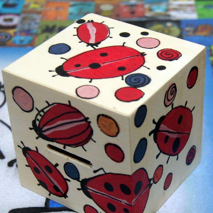 Malovaná+dřevěná+pokladnička+berušková+-+ručněmalovaná+pokladnička+pro+radost+...+a+samozřejmě+pro+spoření+mincí+i+bankovek+(+dole+otvor+pro+snadné+vysypání+a+znovupoužití+:)+-+velikost+9x9x9+cm+Maličkost+která+potěší+každého+malého+námořníka+nebo+námořnici.+Malována+ze+všech+stran+-berušky+a+puntíky+Pečlivě+přelakováno+nezávadným+prostředkem+na+...