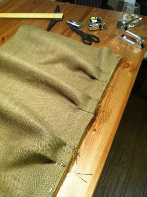 DIY No Sew Ruffled Burlap Bedskirt  - she pleated and stapled her fabric to 1x2s and pushed them between the boxspring and mattress! Genius.
