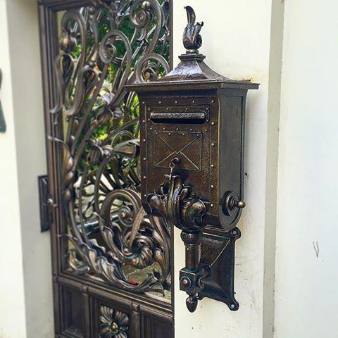 Серьёзной почте- серьёзный почтовый ящик!). #artmetallab  #metalart  #post #mailbox #forge #custom #custommade #installations #exclusive #ковка #почта #ручнаяработа #красота #москва