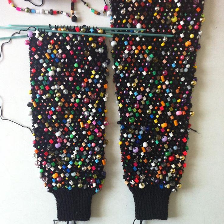 textile : tricot avec inclusion de perles