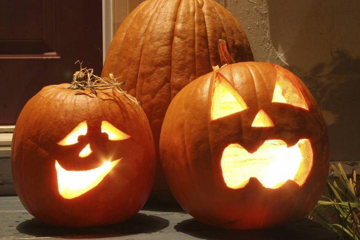 Dynia to niekwestionowana królowa halloweenowych dekoracji. Lampiony z dyni robi się tradycyjnie tylko raz w roku – specjalnie na Halloween.