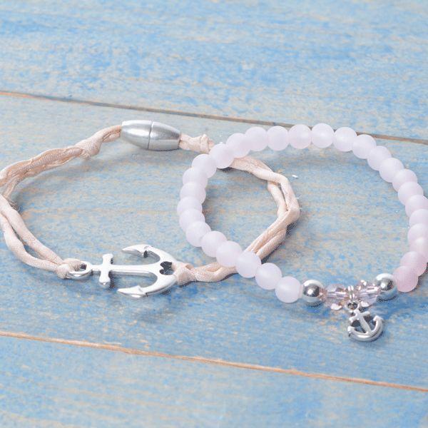 Armbänder für Seemannsbräute mit Polarisperlen Kugeln, Swarovski Elements, Metallperlen, Metallanhänger Anker und Seidenband.