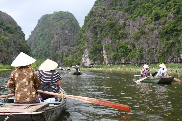 É bom ver o sorriso genuíno da população e a pequena povoação de Ninh Binh, a sul de Hanoi, é o local ideal para este encontro. A apenas três horas de viagem, a área rural de Tam Coc é completamente distinta das cidades vietnamitas. No entanto, a povoação em si não merece mais do que …