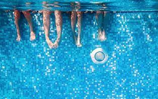 Nu dat het kwik al verschillende keren boven de 30 graden is gekomen, zoeken we met z'n allen op zoveel mogelijk manieren verfrissing op. Zo trekken we bijvoorbeeld massaal naar het strand of naar het zwembad voor een dagje ontspanning en waterpret. Maar al dat plezier kan ook een vervelend kantje hebben als je ineens thuiskomt met zwemmerseczeem of voetschimmel. Zo'n 10% van de bevolking heeft last van voetschimmel en een infectie is nooit ver weg. Bescherm je voeten dankzij de tips van je…