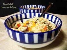 """El risoni u orzo, es una pasta pequeña en forma de grano de arroz pero más grande que este. Se usa fundamentalmente en sopas y ensaladas, aunque también se puede usar para preparar un """"risotto"""" rápido y a mí me encanta para rellenar ajíes. Esta ensalada con toque griego que les traigo hoy es una …Read more →"""