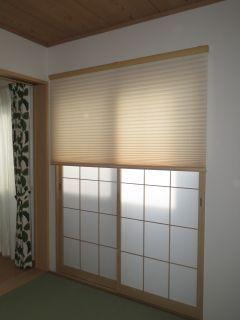 curtain(カーテン)尼崎市 カーテン・プリーツスクリーン兵庫 尼崎 和室は障子は残し、障子を開けて空気の入れ替えをするときには、外から丸見えなので、すっきりさせるためにプリーツスクリーンを選びました。