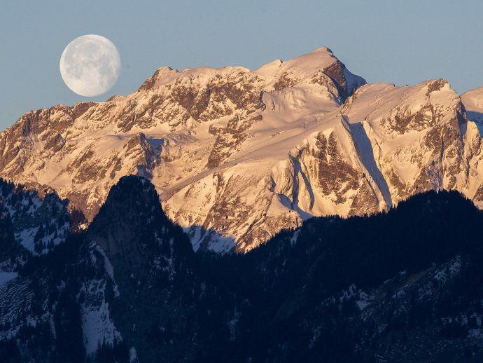 Alpes suíços - Suíça Pratique esqui nas imponentes montanhas dos Alpes Suíços. Entre as principais estações estão Zermatt, Klosters e Gstaad. Ao final do dia, não deixe de parar nos bares que ficam ao pé da montanha, onde os esquiadores dançam ao som de música típica e veem o sol se por na neve.