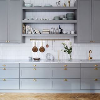 Grått kök med ljus marmorskiva