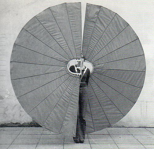 Rebecca Horn   Mechanical Body Fan, 1973-74 [materiali: tessuto e metallo; dimensioni: 2750 x 2700 x 37 mm; collezione: Tate]