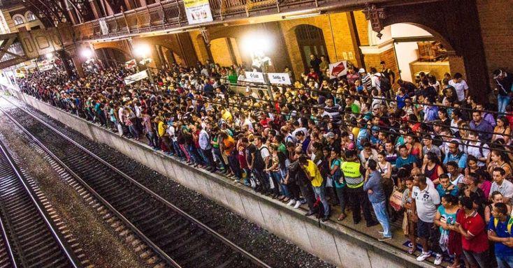 20150320 - Passageiros aguardam trem na plataforma da Estação da Luz durante a paralisação na linha 11-Coral da CPTM, após temporal que caiu sobre a capital paulista na tarde desta sexta-feira (20)  PICTURE: Dário Oliveira/Códig 19/Estadão Conteúdo