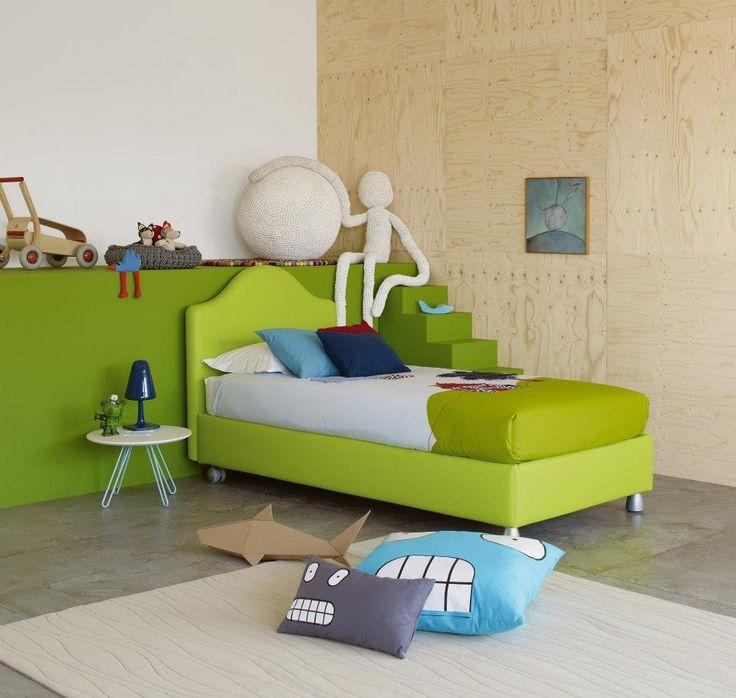 Letto Peonia design Centro Ricerche Flou, con rivestimento Ecopelle 9014. Sul letto, coordinato copripiumino Naïf 6825 e cuscini decorativi.