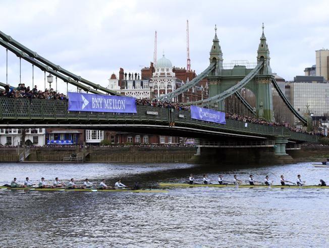 Las dos tripulaciones, bajo el puente de Hammersmith. El equipo de remo de la universidad inglesa de Cambridge se impuso este domingo a su rival Oxford en la emblemática regata por el Támesis en un tiempo de 18 minutos y 38 segundos