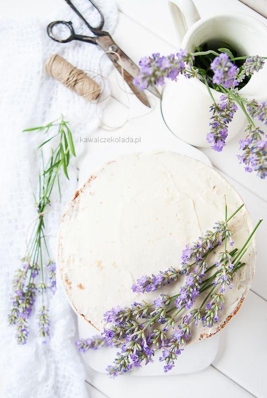 Tort śmietankowy z kwiatami lawendy