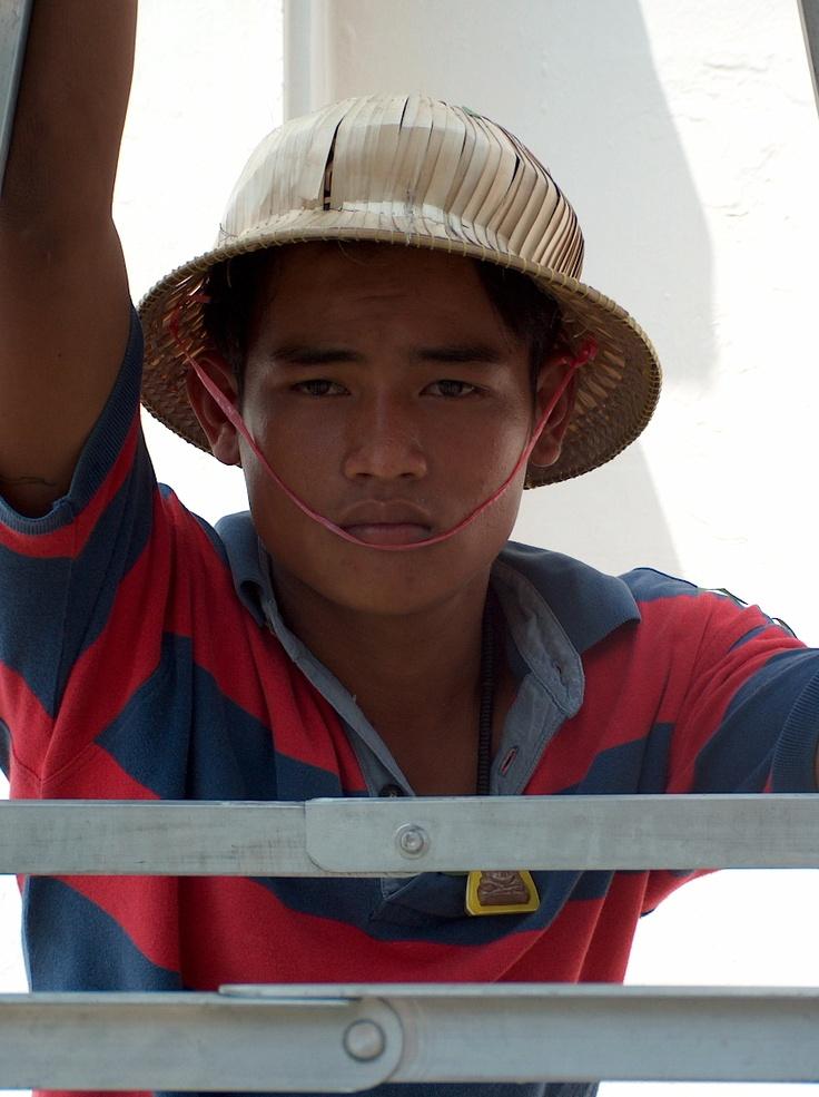 Un tailleur d'arbres au travail à Bangkok en Thaïlande