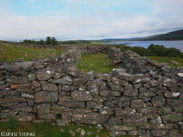 Die verlassene Grumberg Siedlung Ruinen am Loch Naver (GB).  Die Grumberg Siedlung war eines der größten Orte im Schottischen Hochland heute findet man nur noch Ruinen vor. Um mehr Weideland für die Schafe zu bekommen ließ die Englische Krone die Einwohner vertreiben (Highland Clearances) viele wanderten nach Amerika aus nur wenige blieben in Schottland.  Man findet dort noch zahlreiche Überreste der einstigen Häuser an den Grundrissen kann man erkennen dass es sich um die so genannten…
