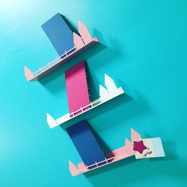 Oltre 25 fantastiche idee su appendiabiti per bambini su pinterest stanze per bambini camera - Porta libri montessori ...