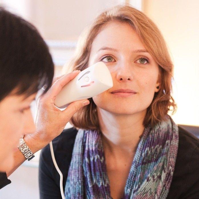 Computergestützte Hautanalyse-Die Haut ist unser größtes Organ, sie prägt unser Aussehen und schützt uns vor schädlichen Umwelteinflüssen. Nur wer seine Haut im Detail kennt, kann sie optimal pflegen und schützen. Eine ausgiebige Anamnese, Analyse und Einführung in Ihre Haut- und Heimpflege. Im Preis inbegriffen ist die auf Ihren Hautzustand abgestimmte Reinigung und Skinovage Pflegecreme.