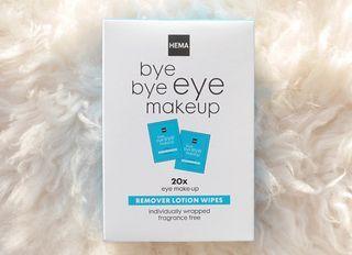 Beautyproducten die speciaal gemaakt zijn voor onderweg: ik wil ze. Allemaal. Vandaag review ik de nieuwe HEMA Bye Bye Eye Makeup Remover Lotion Wipes, individueel verpakte doekjes om je oogmake-up me