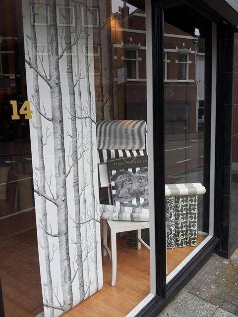 A bit of promotion for www.deheksenbal.nl, who used @Cole_And_Son's wallpaper 'Woods' in the window display!
