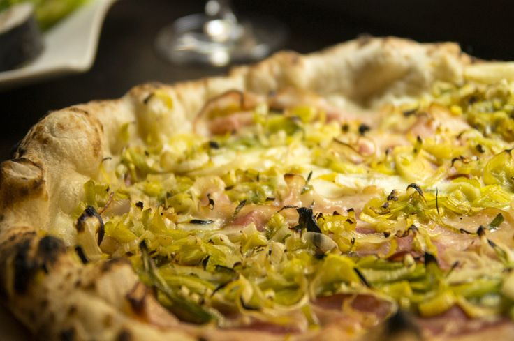 Pizza Cervere - mozzarella di #bufala, bacon e porri di Cervere stufati Bufala mozzarella. #Piemonte #Torino - www.BedAndBreakfastItalia.com - #PiemonteFood #ItalianFood #Food #Italy