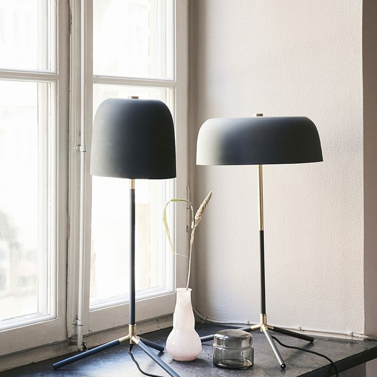 Elegant och stilren bordslampa! Modern lampa i matt grön finish och detaljer i mässing! Passar utmärkt i både fönster och på sidobordet. Strömbrytare finn