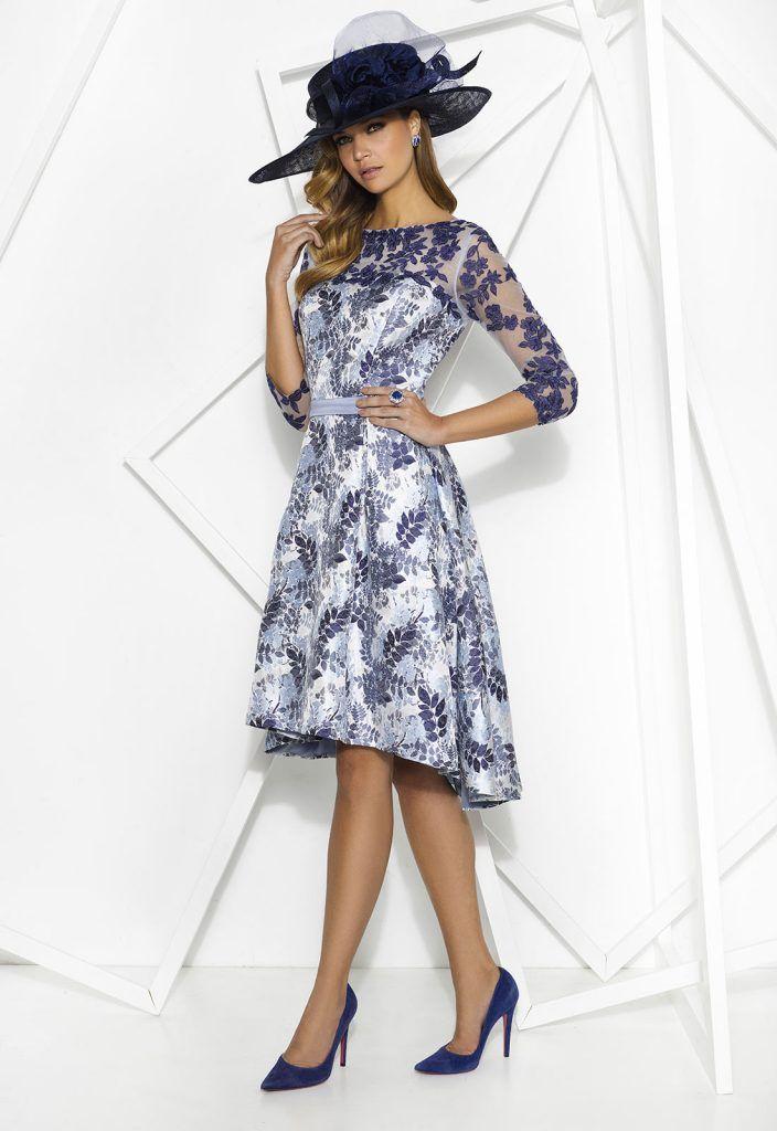 Donna 7799  Vestido de fiesta corto realizado en jacquard y tul con encaje bordado. Escote ilusión, manga francesa y falda de vuelo con largo asimétrico
