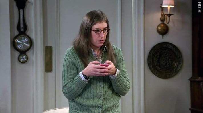 Fehler passieren, aber müssen wir an der Intelligenz von Amy Farrah Fowler zweifeln? Hier ist ihr nicht so genialer Handy Fail aus der 9. Staffel TBBT! The Big Bang Theory: Amy und der Handy Fail ➠ https://www.film.tv/go/35225  #TBBT #Amy #Fail