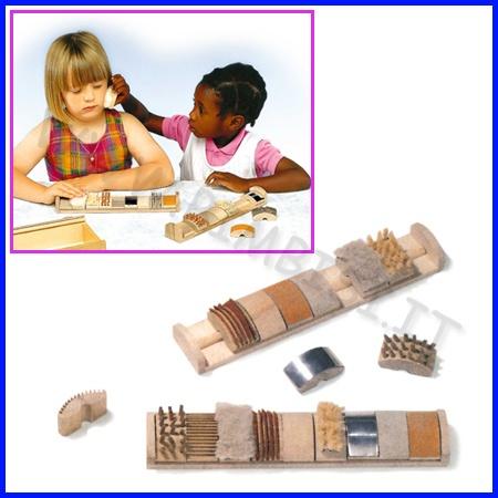 GIOCO DELLE CAREZZE  Questo utilissimo supporto didattico stimola lo sviluppo tattile e potenzia la memoria del bambino.  Codice: 106.06934