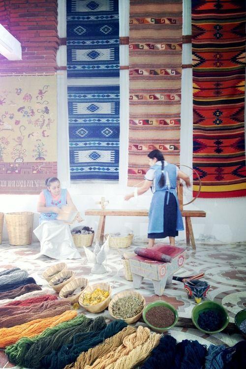 En Oaxaca aún se utilizan procesos de pigmentación milenarios para los tejidos de tapetes. (all natural process for making Mexican rugs)
