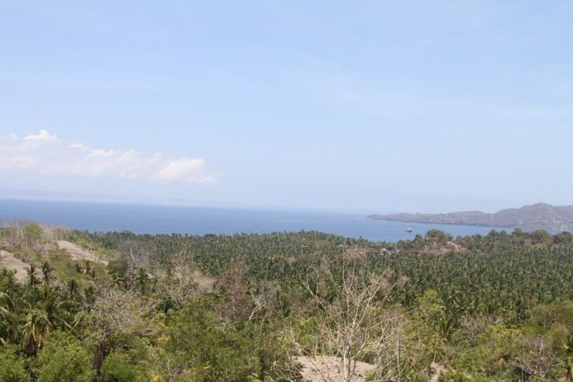 This stunning piece of hill top land in Candi Dasa is by far one of the best sites in the area and provides a breathtaking WOW FACTOR experience once you have seen the location. The land boasts an impressive size of 4400m2 and provides 360% degree unbeatable panoramic views. Beautiful coconut trees spread out as far as your eye can see, 180% ocean views, traditional rice field terraces and the mighty Mount Agung in the distance. Amazing sunset vi