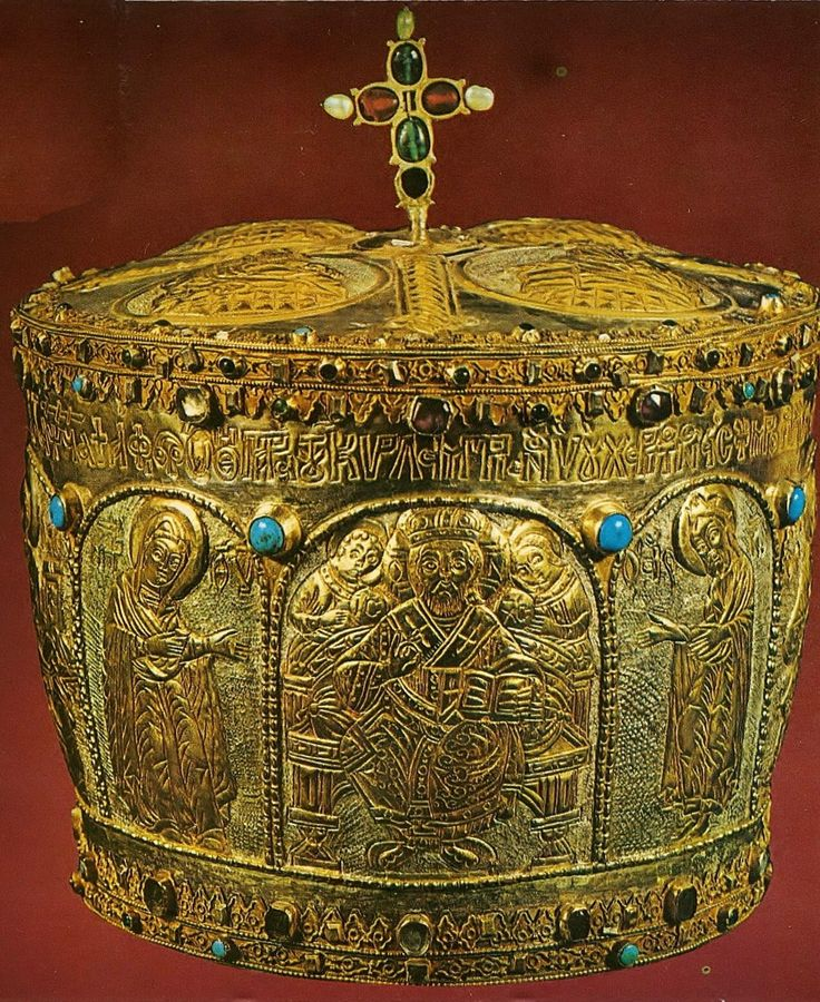 Mitre of a Greek-Orthodox bishop or abbot. From Argyroupolis (Gümüşhane), in the eastern Pontos. 'Rum' (Anatolian Greek); made in the 17th century, but restored in 1791. (Partly gilt) silver and semi-precious stones. Height: 25 cm. (Benaki Museum, Athens).