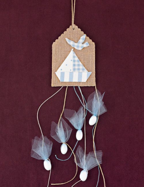 www.mpomponieres.gr Μπομπονιέρα βάπτισης κρεμαστή από ετικέτα λινάτσας με καράβι σε σιέλ απόχρωση πουά, καρώ, ριγέ και με τα κουφέτα να κρέμονται μονά σε σιέλ τούλι. Τα χρώματα κατόπιν συννενοήσης μαζί μας μπορούν να προσαρμοστούν κατά την αρέσκειά σας. #mpomponieres #bomboniere #baptism #vaptisi #bonbonieres #μπομπονιερες #βαπτισης http://www.mpomponieres.gr/mpomponieres-vaptisis/mpomponiera-vaptisis-etiketa-me-thema-karavi.html