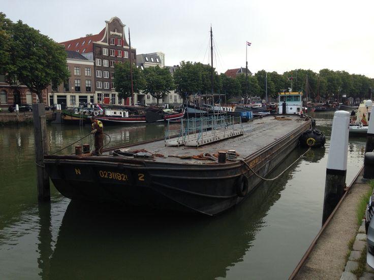 Morgen vindt de City Swim van Swim to Fight Cancer plaats in Dordrecht. Met onder andere Olympisch kampioen open water zwemmen Maarten van der Weijden. De voorbereidingen zijn in volle gang. Vanochtend werd het startponton in de Wolwevershaven ingevaren. Foto: Jarko De Witte van Leeuwen